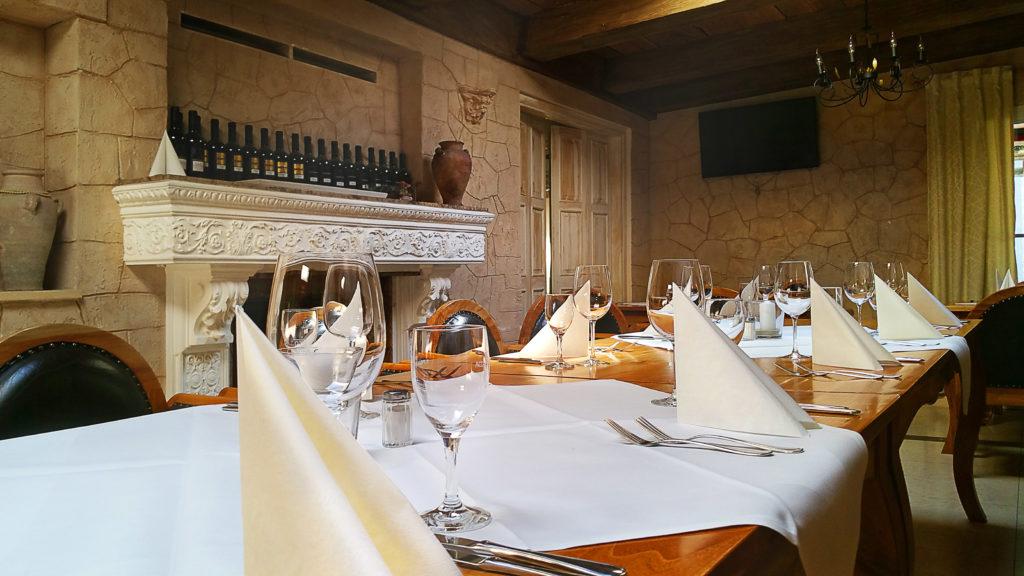 Restaurant Roma mit vielen schönen Sitzgelegenheiten, ob auf Terrasse, im Kaminzimmer oder im Gästeraum